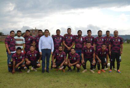 """Paco Cedillo presidente de """"Todos Somos México"""" entrega uniformes a deportistas de Uruapan"""