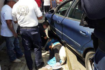 Conductora de un auto, atropella a dos mujeres