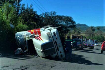Volcó camión cargado con madera aserrada